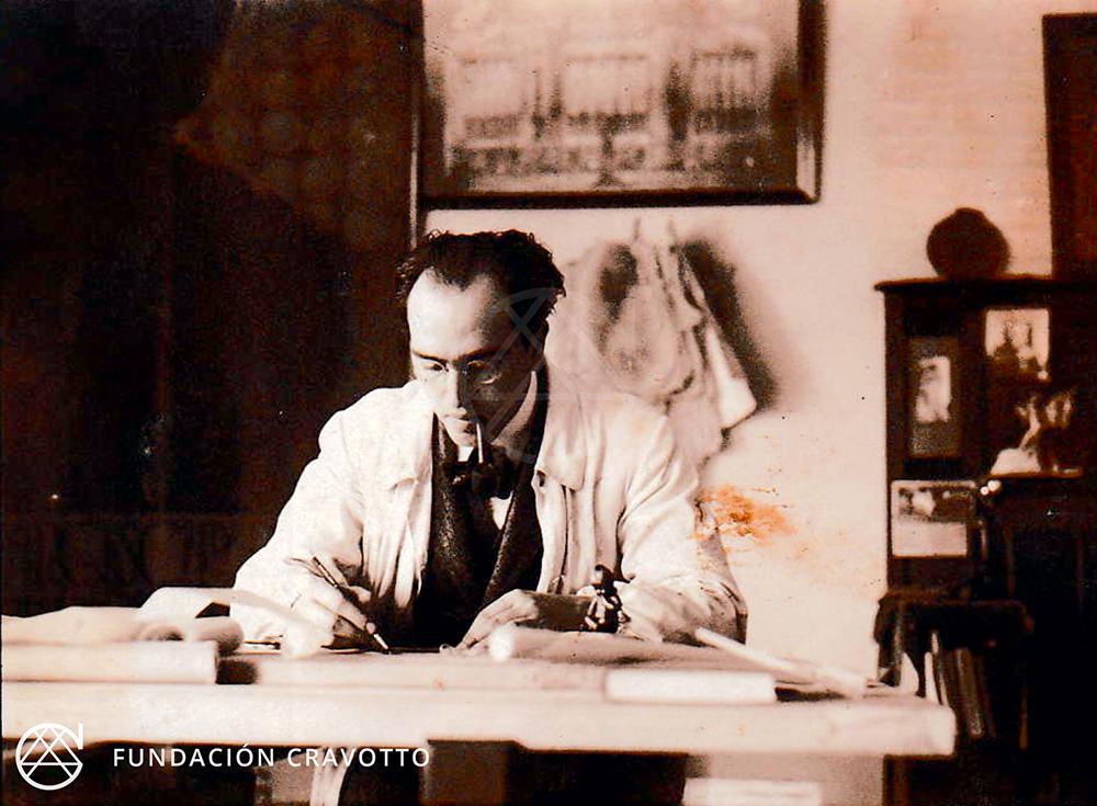 Mauricio Cravotto trabajando en su estudio, s/fecha | Fundación Cravotto