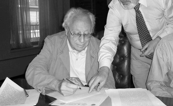 Juan Carlos Vanini, firma de la constitución de la Fundación. Foto: Fundación Cravotto, 2009